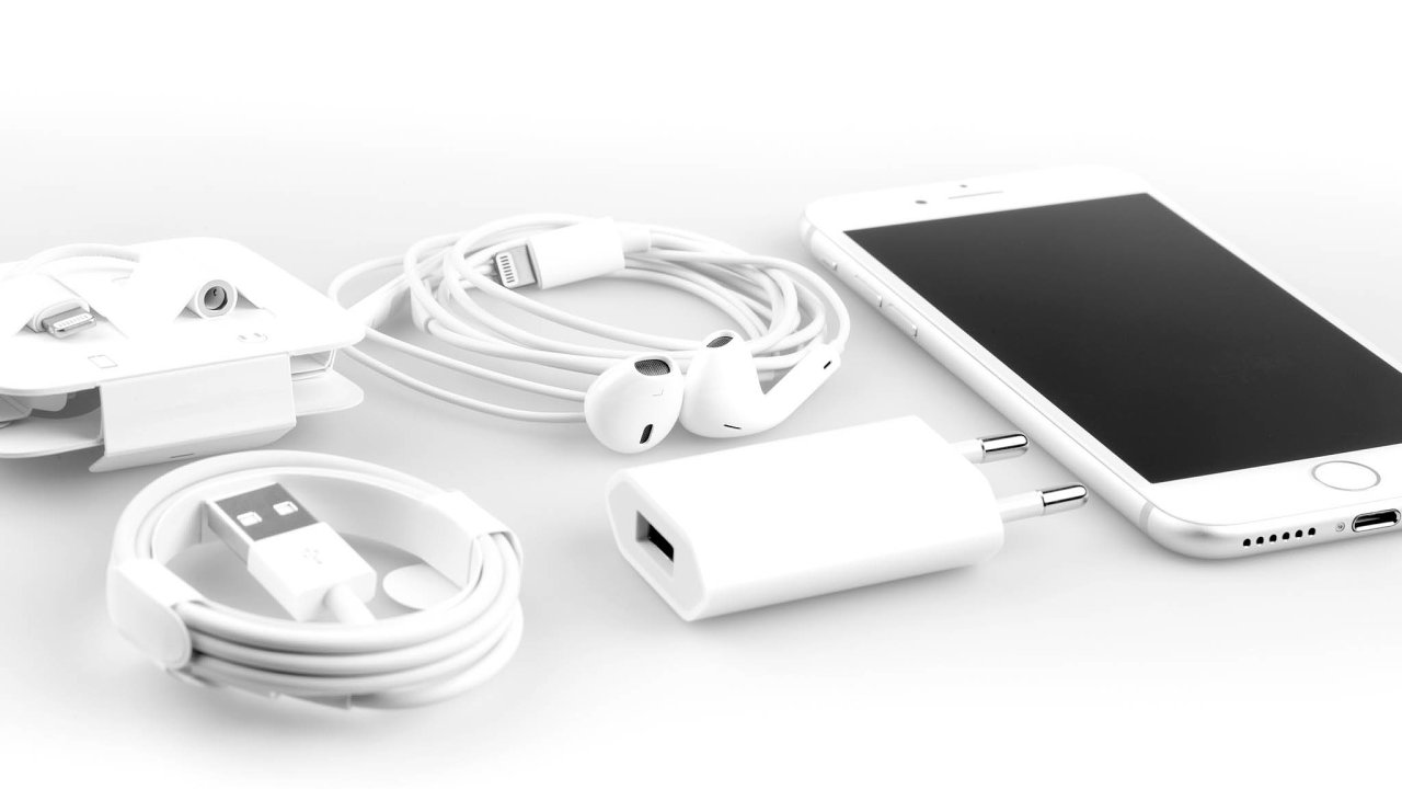 Nový iPhone 12 bude mít nejspíš lepší cenu než současná verze. Vbalení ale možná nebudou sluchátka anabíječka (nasnímku iPhone 7 spříslušenstvím).