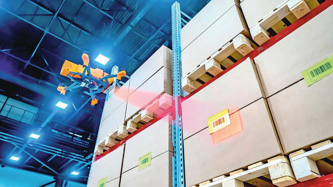 Nasazení dronů pro inventarizace zásob je výhodné hlavně pro vyšší patra regálových systémů, které jinak kontrolují manuálně pracovníci třeba zrevizních klecí navysokozdvižných vozících.