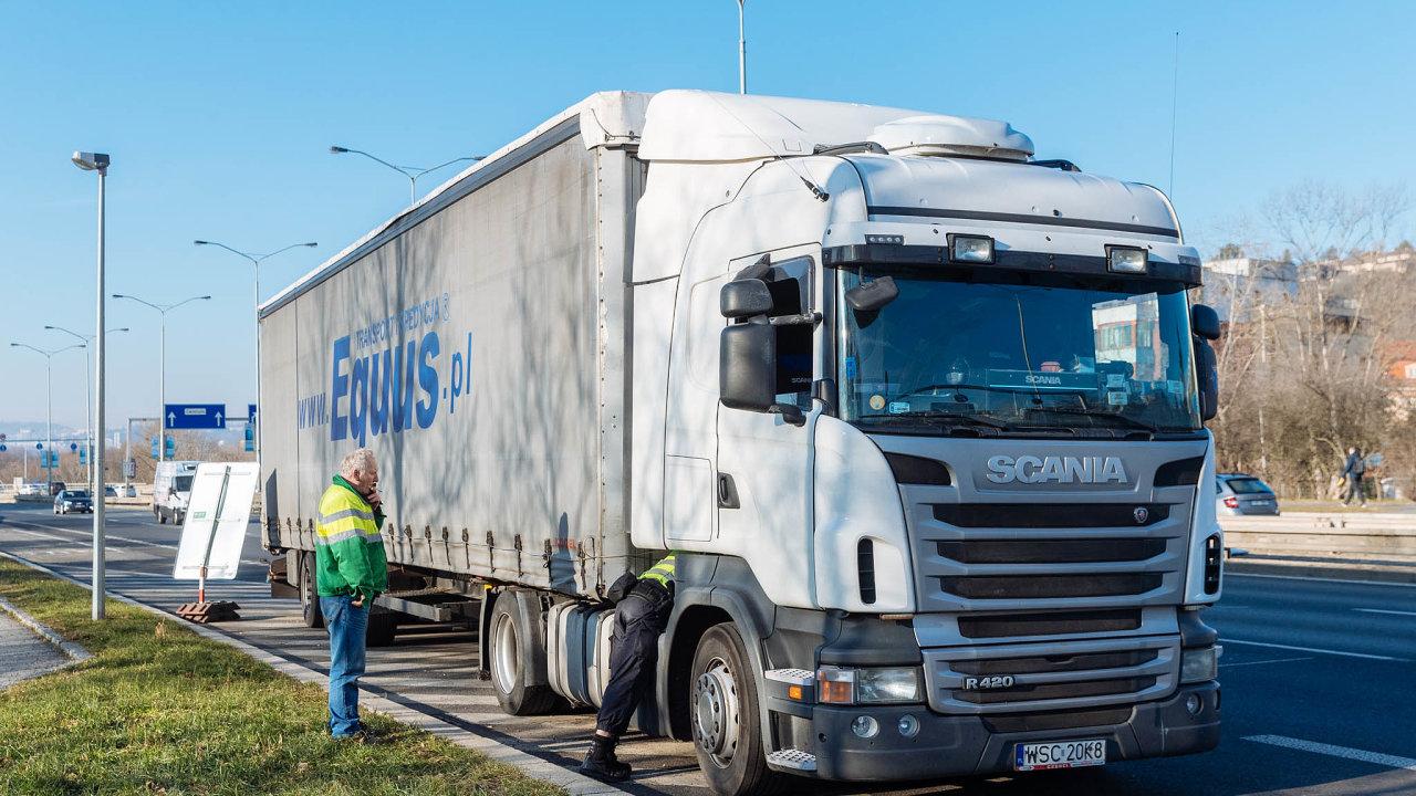 Pokud by řidič nedodržel definované přestávky nebo dobu odpočinku, lze mu zabránit v další jízdě (ilustrační foto).