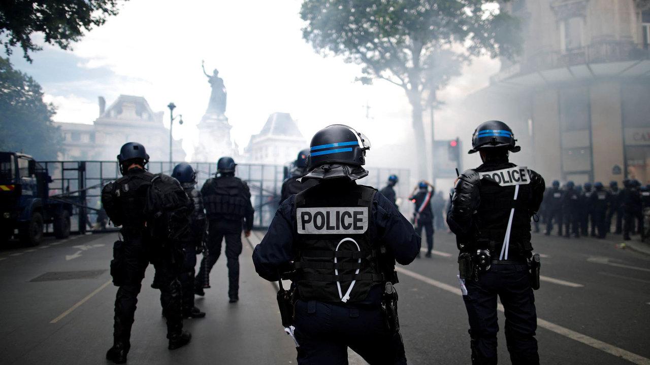 Francie řeší zákon o zveřejňování fotografií a videozáběrů policistů.