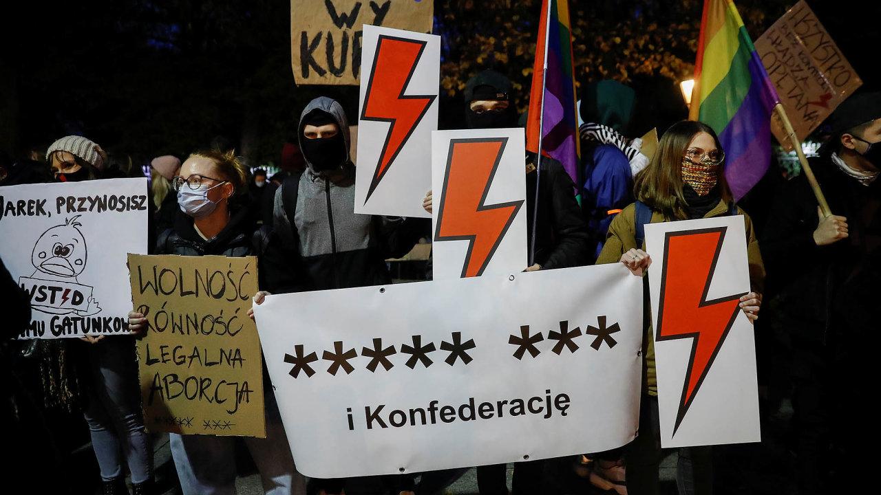 Společensko-kulturní střet. Říjnové demonstrace vpolských městech proti zpřísnění zákonů opotratech vyvolaly otázku– včí prospěch vlastně současní středoevropští politici rozhodují?