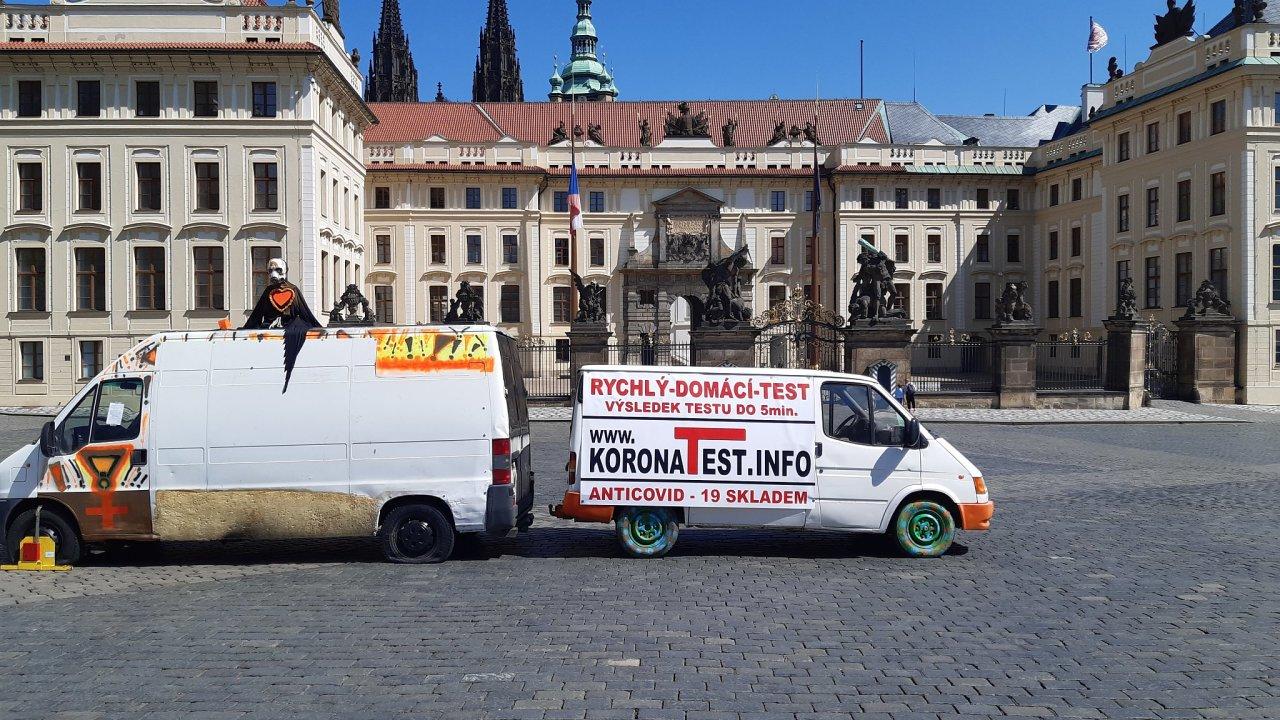 auta v rámci protestu spolku Kverulant, Hradčanské náměstí