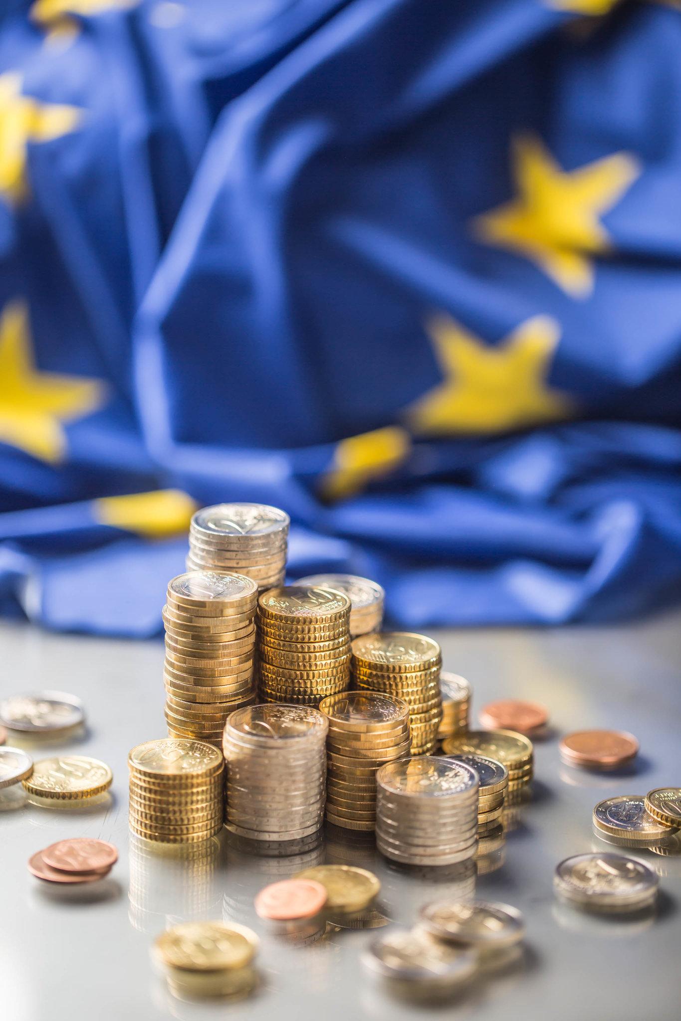 Česko by kvůli svému růstu anaopak úpadku jiných členských zemí poroce 2027 mohlo mít kdispozici o40procent méně peněz zunie než nyní. Čím je totiž země bohatší, natím menší balík peněz zEU má nárok.