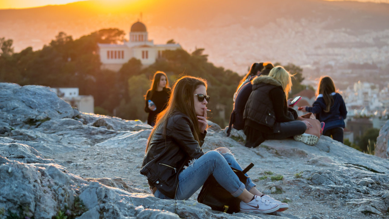 Návštěvnící vyhlídky na u observatoře v Aténách