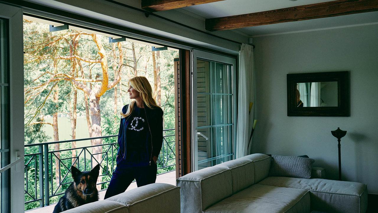 Dům naSlapech Kotvalová zrekonstruovala, nechala zvětšit okna, aby se otevřely výhledy navzrostlé stromy inekonečnou vodní hladinu.