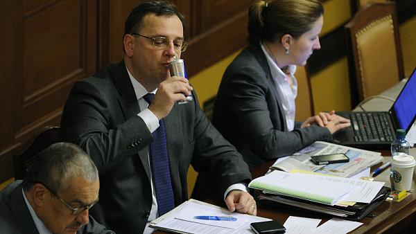 Premi�r Petr Ne�as, ministr zahrani�� Karel Schwarzenberg a Karol�na Peake