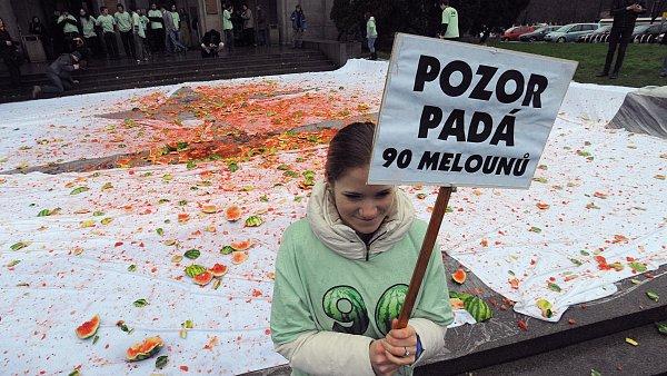 Studenti UK vyhodili z oken na protest proti reformě 90 melounů.