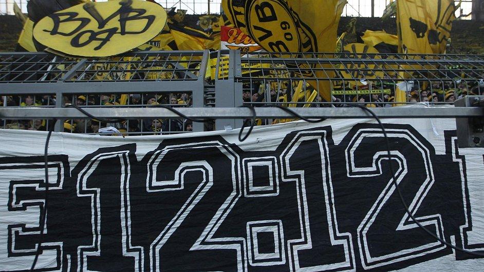 Fanoušci Borussie Dortmund vyjadřují transparentem protest proti opatřením, která byla ve středu přijata.
