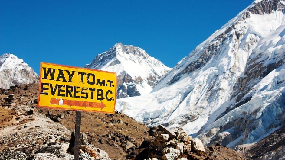 Mount Everest poprvé zdolal Edmund Hillary a jeho šerpa Tenzing Norgay dne 29. května 1953