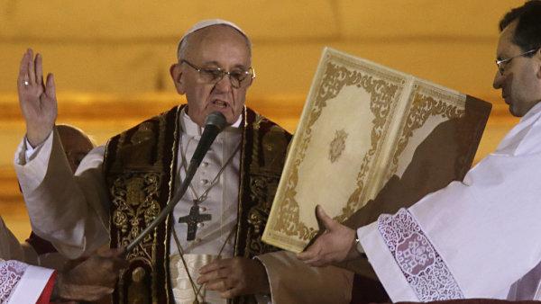 Papež František žehná davům z balkonu