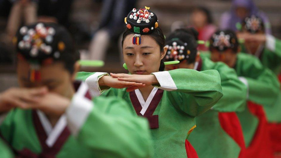 Jihokorejské ženy v tradičních šatech hanbok