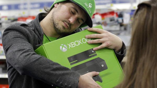 Xbox One v náručí spokojeného zákazníka