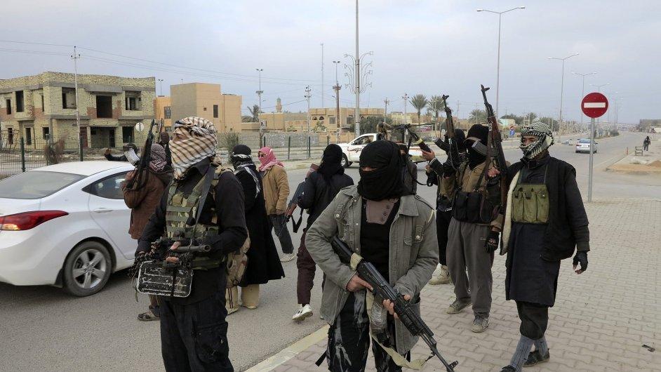 Ozbrojenci ve městě Ramádí, hlavním městě provincie Anbár, nad kterou se snaží převzít kontrolu teroristé.