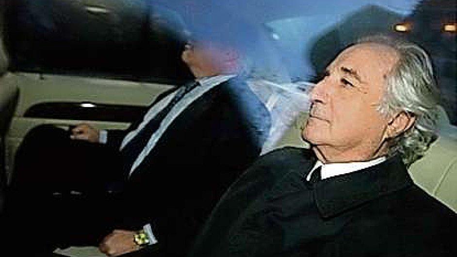 Zatímco sám finančník Bernard Madoff byl odsouzen ke 150 rokům vězení, banka JP Morgan zaplatí 1,7 miliardy dolarů.