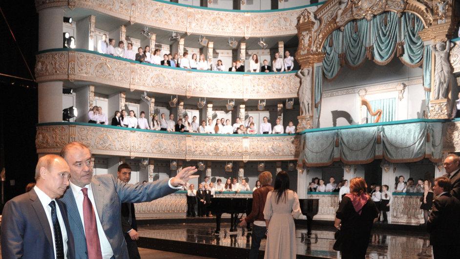 Valerij Gergijev provádí Vladimira Putina po Mariinském divadle v Petrohradu.