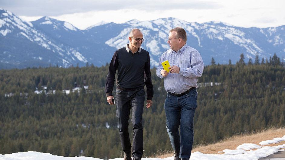 Šéf Microsoftu Satya Nadella (vlevo) a Stephen Elop, bývalý šéf Nokie.