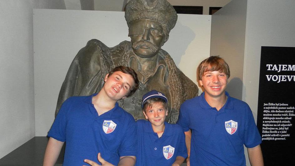Děti ve školních uniformách