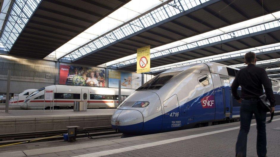 Vlaky z dílen Siemensu a Alstomu vedle sebe na nádraží v Mnichově