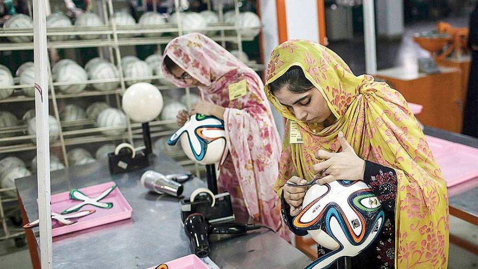 Město fotbalových míčů je v Pákistánu. Šije se zde čtyřicet procent jejich produkce.