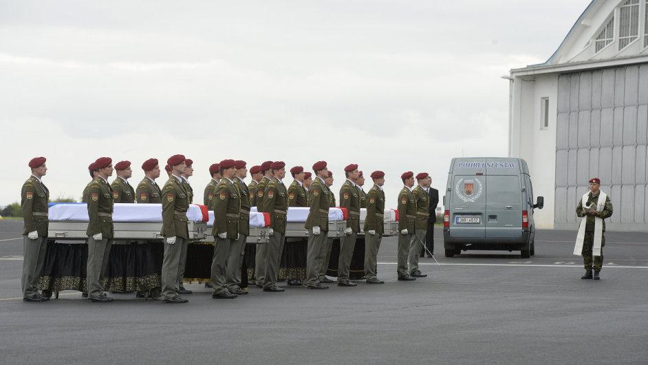 Rakve vojáků s čestnou stráží na letišti ve Kbelích
