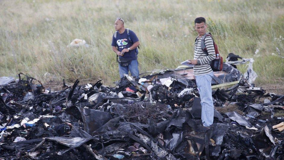 Malajsijští experti na místě pádu letadla MH17