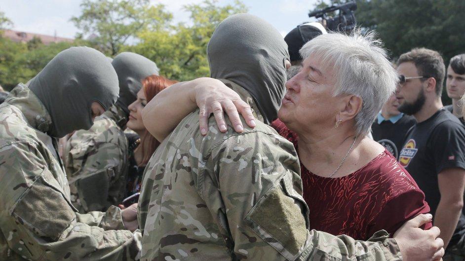 Rodiny se loučí s ukrajinskými dobrovolníky.