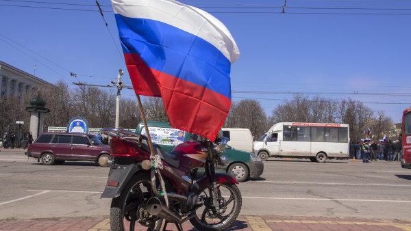 Brusel nab�r� odborn�ky na boj s ruskou propagandou. Vyzval v�echny zem� EU