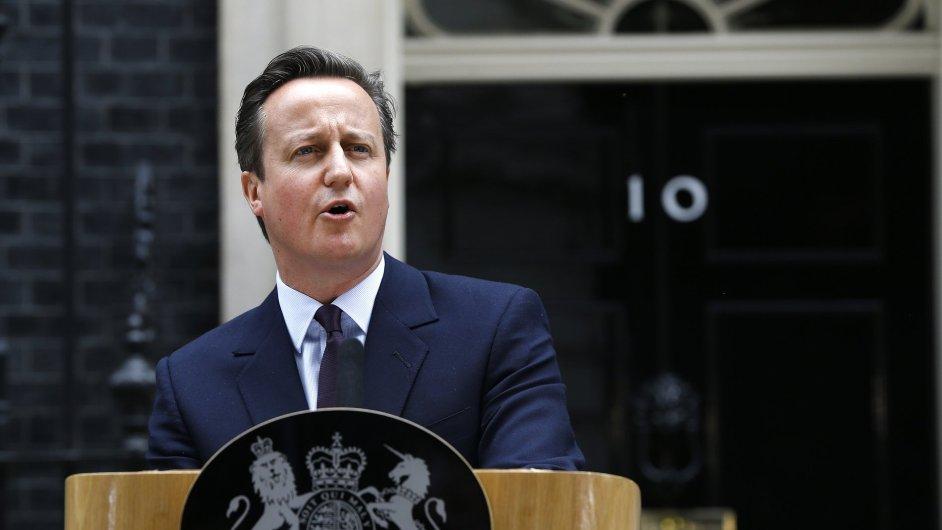 Premiér David Cameron před sídlem v Downing Street 10.