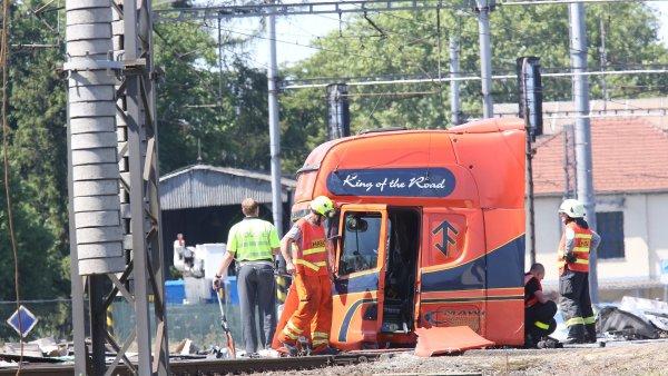 Zdemolovaná karoserie kamionu po srážce s pendolinem ve Studénce.