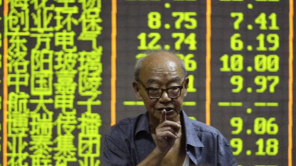 Čínské akcie dál klesaly, v Evropě se ale očekává zotavení.