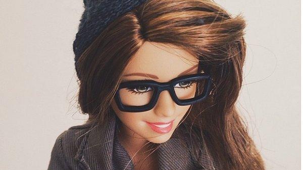 Barbie vyměnila šaty, Kena i růžový kabriolet za kulich a výrazné brýle. Její hipsterský profil sleduje přes milion lidí.