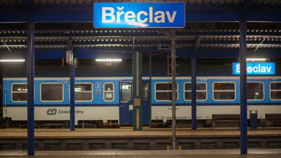 Jihomoravský hejtman Michal Hašek přesunul svůj úřad do Břeclavi a již týden čeká, až se objeví první běženci.