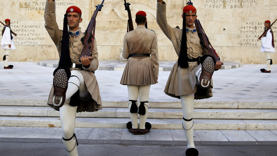 Prezidentská garda pochoduje před řeckým parlamentem v Aténách. Levicová strana Syriza bývalého premiéra Tsiprase si v předvolebních průzkumech udržuje těsné vedení.