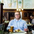 Ombudsman �SOB Martin Kov�� oce�uje v Caf� Imperial j�dlo i ochotu person�lu