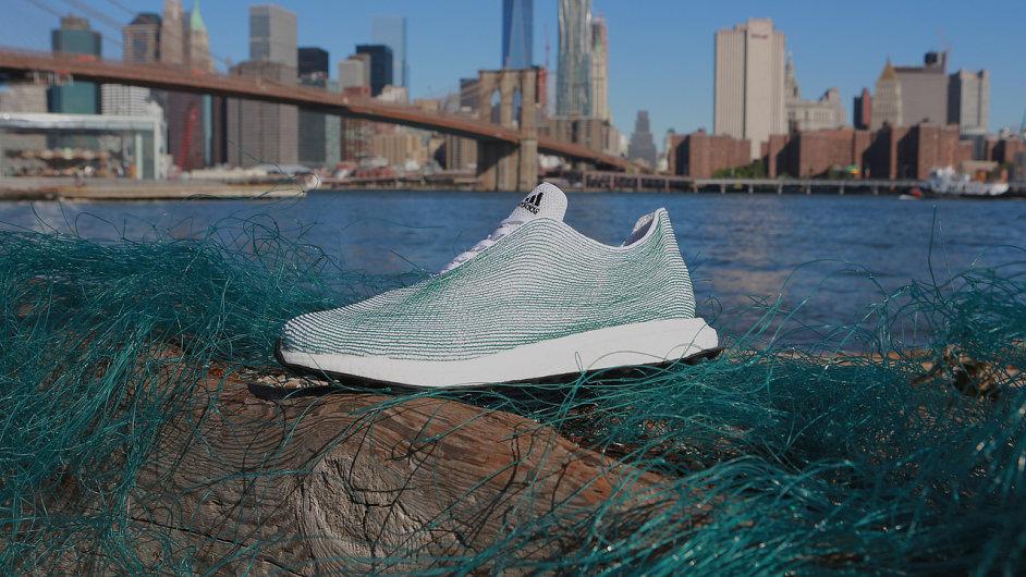 Bota vyrobená z recyklovaného plastu z moře