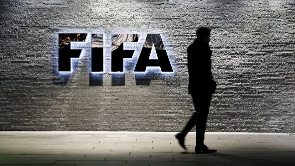 Novinář před hlavním sídlem FIFA v Curychu.