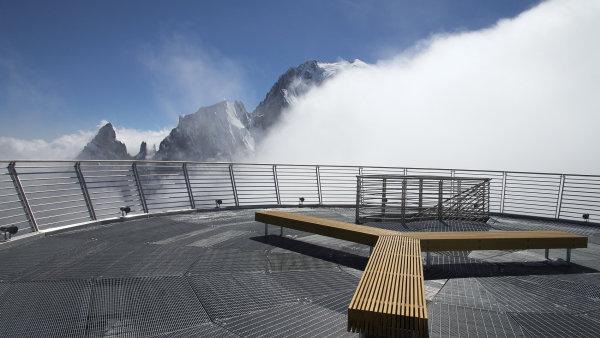 Na nejvyšší hoře Evropy se dá posadit na české lavičky.