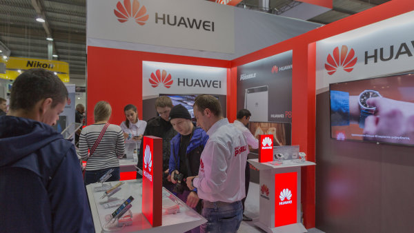 Huawei loni prodal p�es sto milion� smartphon�, p�edev��m d�ky popt�vce v ��n� a Evrop�.