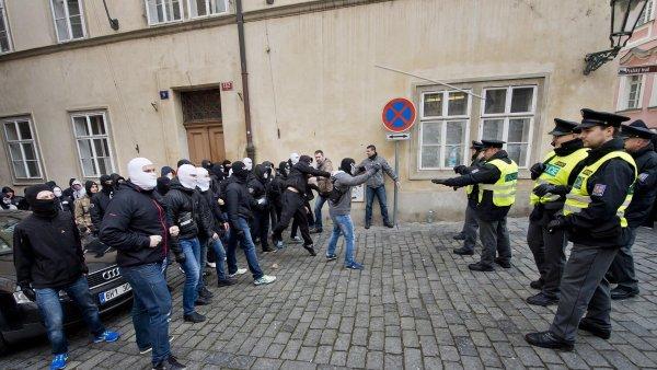 Podle policie útočili na demonstranty extremisté z fotbalového prostředí.