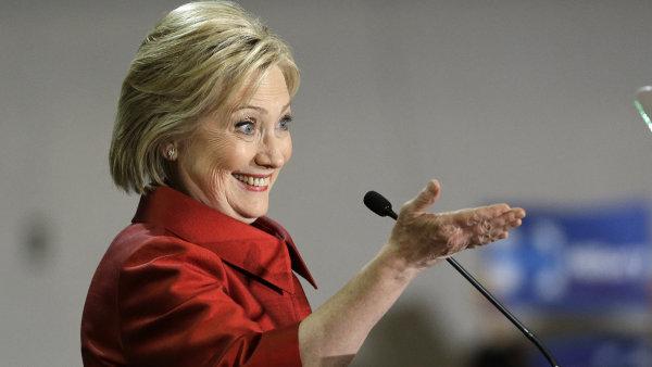 V demokratick�m t�bo�e porazila Clintonov� v nomina�n�m kl�n� v Nevad� Bernieho Sanderse.