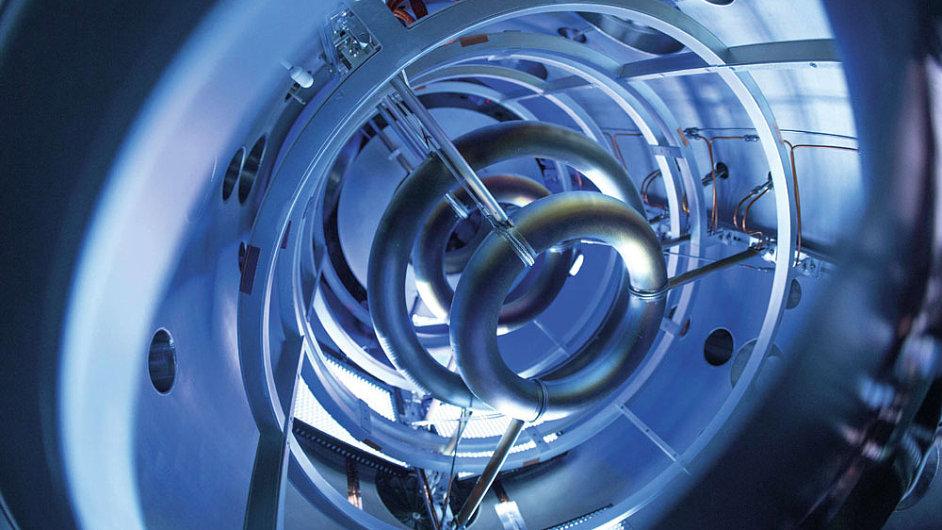 Supravodivé magnety uvnitř komory kompaktního fúzního reaktoru.