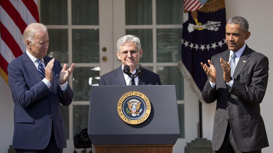 Barack Obama (vpravo) a víceprezident Joe Biden (vlevo) tleskali nově nominovanému soudci nejvyššího soudu Merricku Garlandovi.