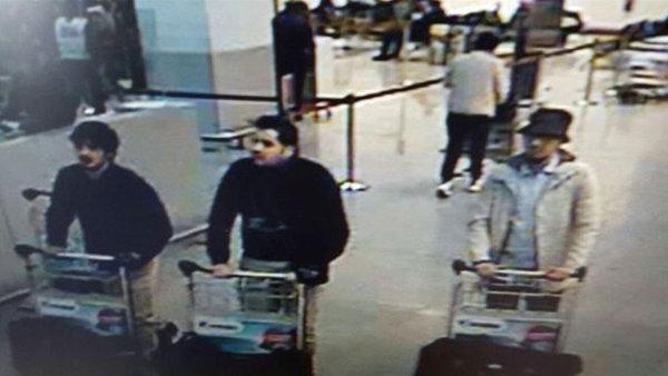 Podezřelí atentátníci před útokem na bruselském letišti, uprostřed Ibrahim El Bakraoui.