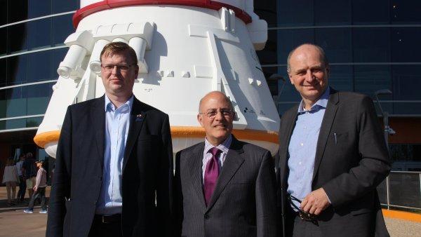 B�lobr�dek (vlevo) nav�t�vil ve Spojen�ch st�tech i ��ad NASA.