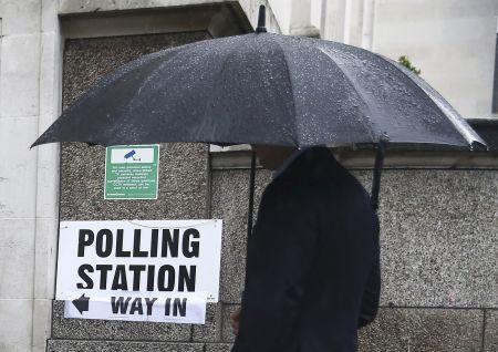 Volební místnosti se otevřely. Britské drama začíná.