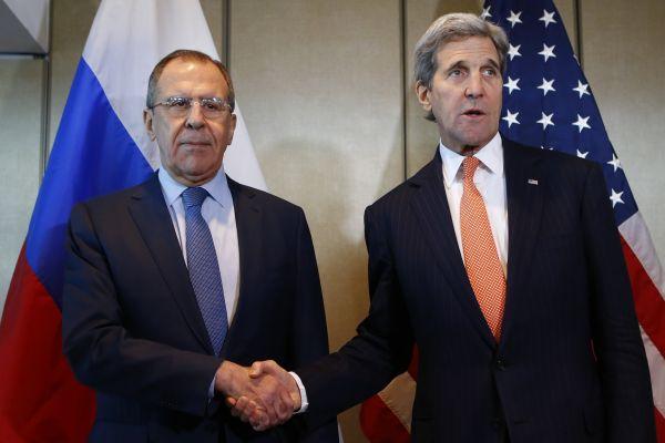 Šéf ruské diplomacie Sergej Lavrov a americký ministr zahrani�í John Kerry na mírovém jednání v Mnichov�.