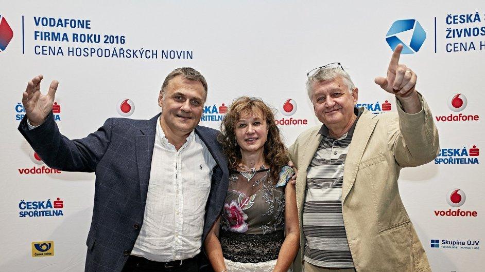 Laureáti slavnostního večera (zleva) Josef Suska, Jana Havrdová a zástupce Dosky Jan Jaroš