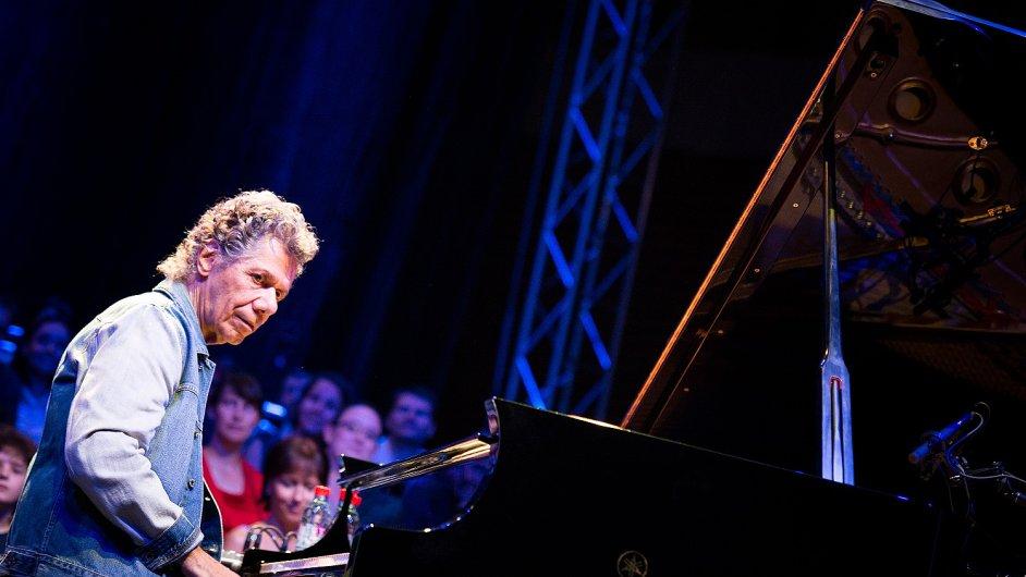 Chick Corea na snímku z loňského Jazzfestu Brno, kde doprovázel zpěváka Bobbyho McFerrina.