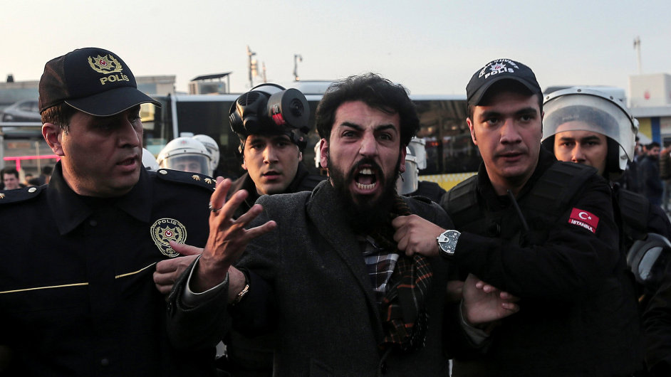 Turečtí policisté pacifikují demonstranta protestujícího proti uvěznění politiků z opoziční HDP.