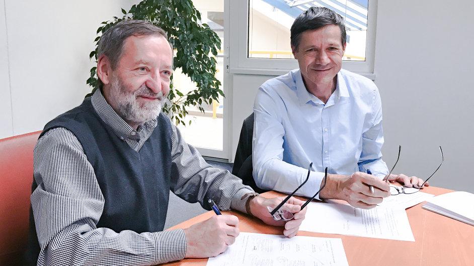 Jaroslav Janda jednatel společnosti BM Servis a Jiří Melzer předseda představenstva společnosti DC Concept při podpisu smlouvy